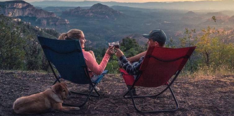 chien heureux camping avec deux maîtres