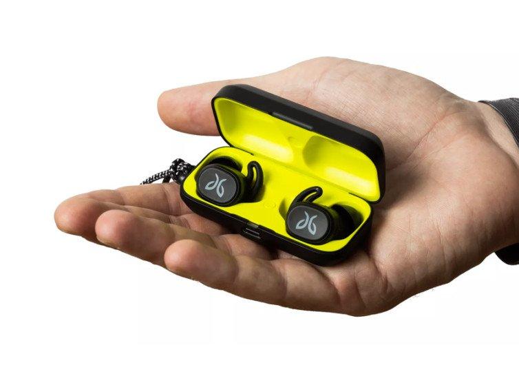 main tenant écouteurs boîte jaune