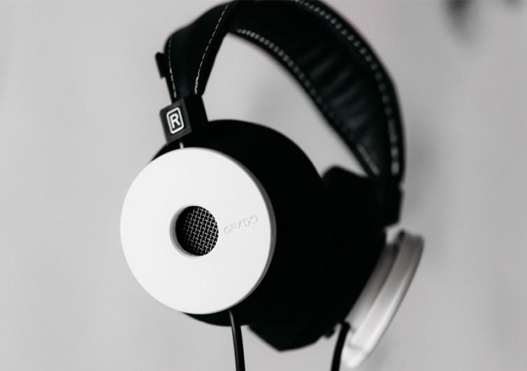 Casque audio avec écouteurs blancs de qualité