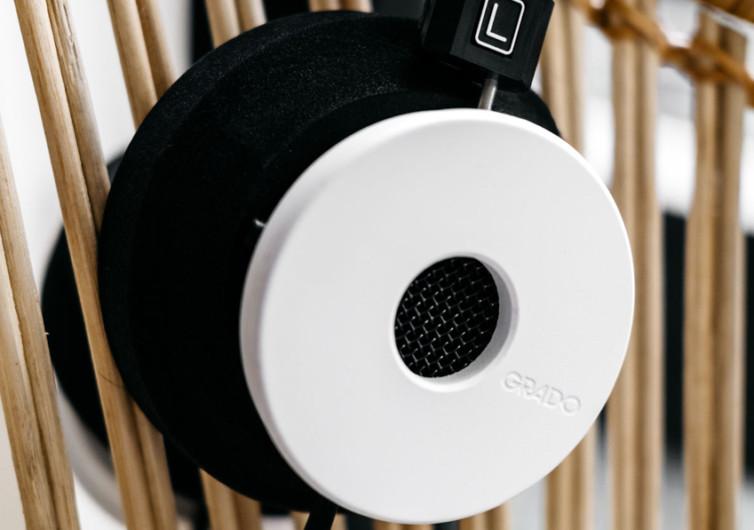 casque audio posé sur un panier en osier