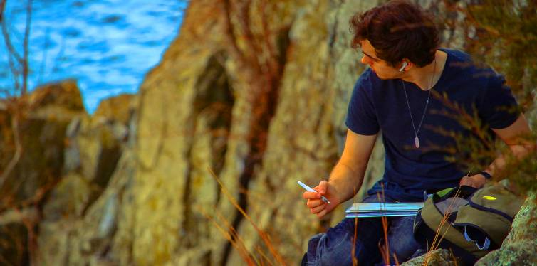 une homme travaillant dehors en écoutant la musique avec des écouteurs sans fils