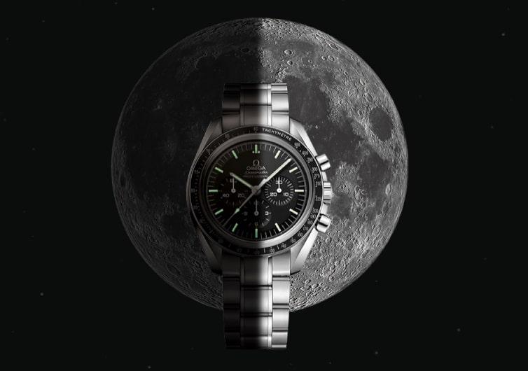 montre rétroéclairé devant la lune