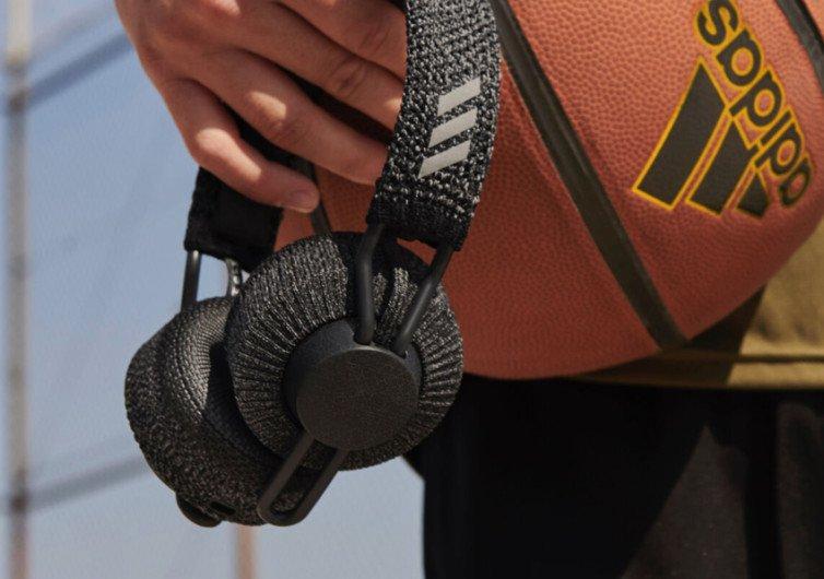 un ballon de basket avec un casque adidas rpt01