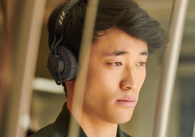 un homme écoute musique avec un casque adidas rpt01