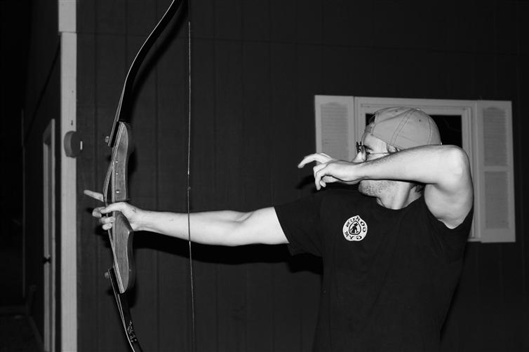 un homme tir à l'arc