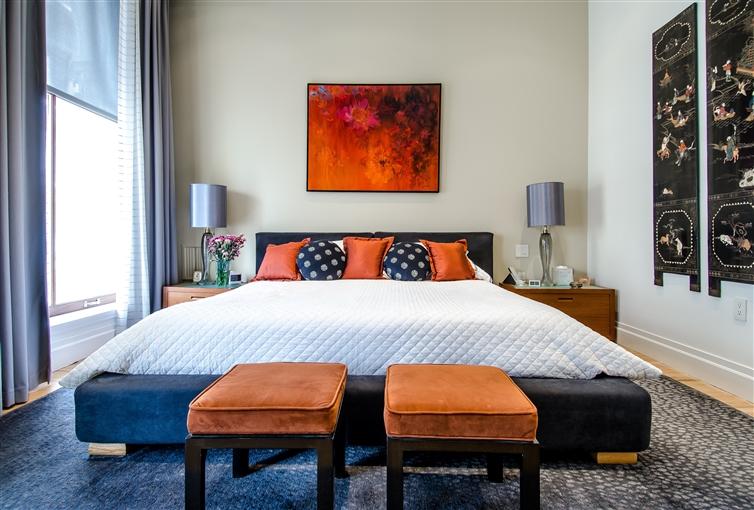 un superbe lit luxueux blanc bleu et orange