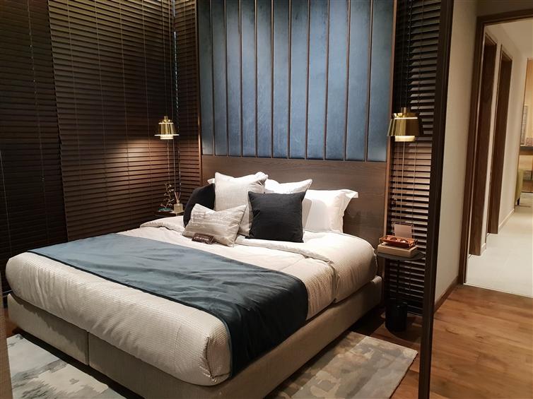 lit avec matelas dans un appartement moderne marron