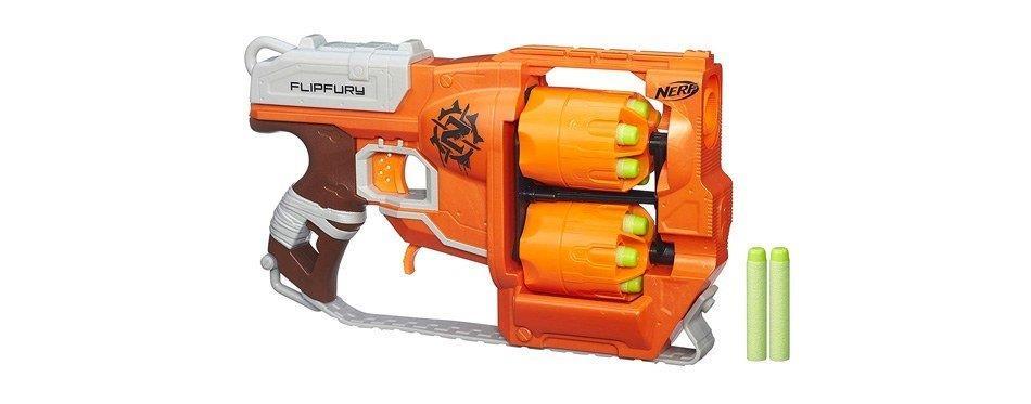 un pistolet nerf orange