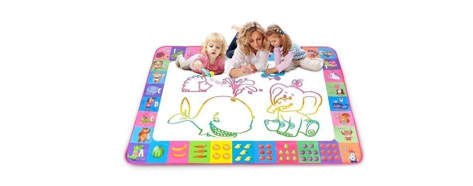 maman joue avec ses enfants sur un tapis magique