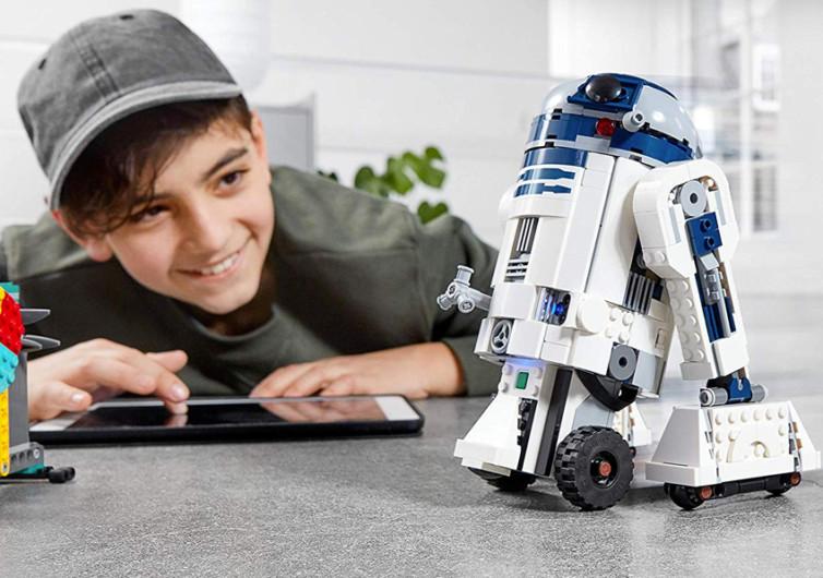 un enfant fabrique un R2D2 en lego et programmation informatique