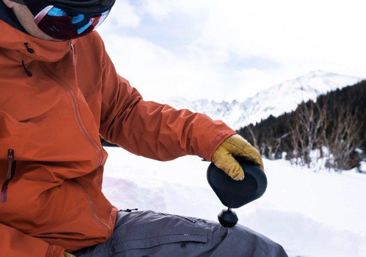 skieur se masse le muscle de la cuisse