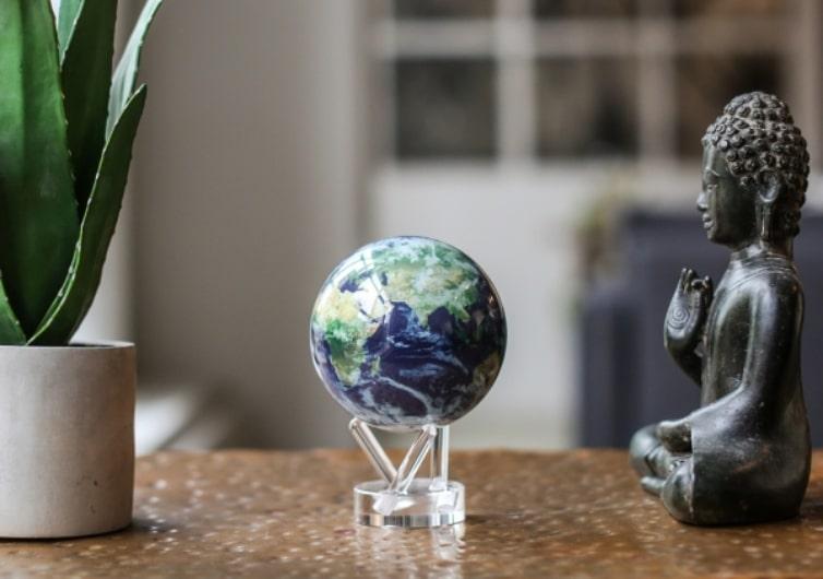mova globe représentant planète terre en décoration sur une table en bois