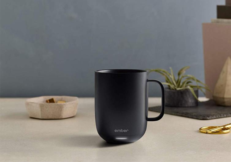 un mug noir posé sur une table en bois