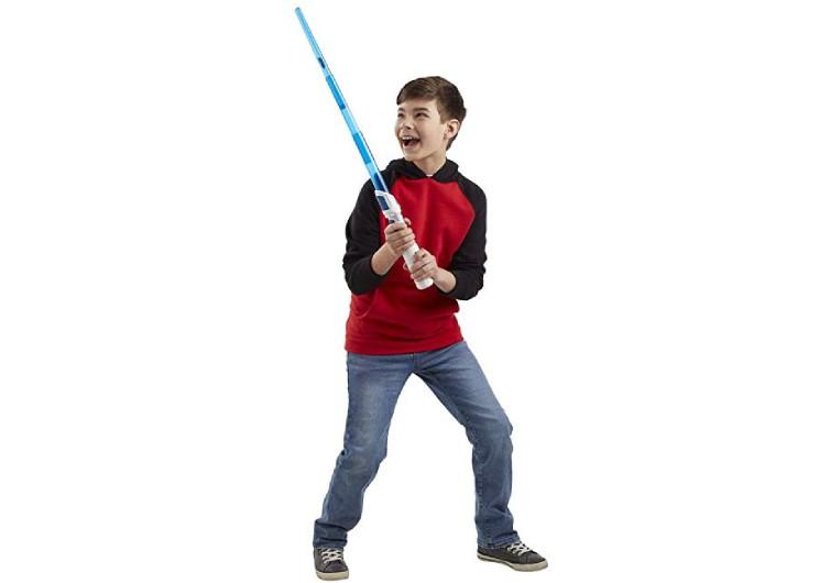 enfant qui joue avec un sabre laser bleu