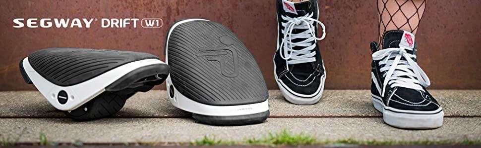 segway drift w1 à côté de deux chaussures vans