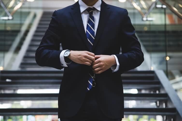 homme portant un costume bleu