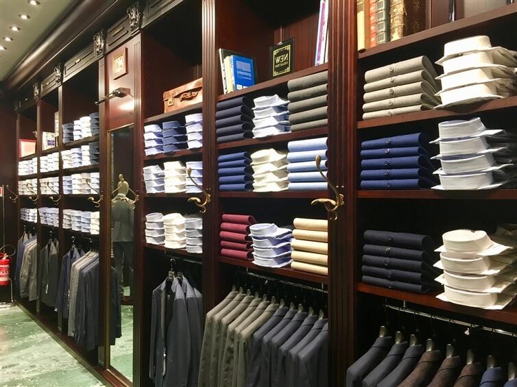 vêtements de couleurs assorties sur une étagère en bois brun