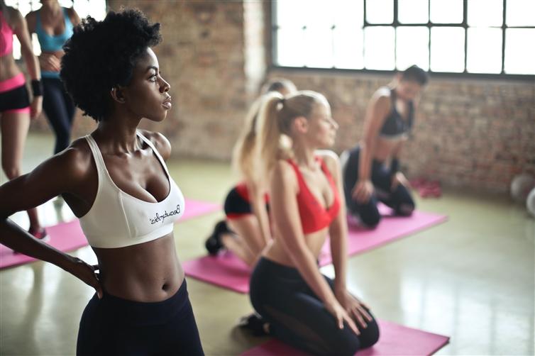 femmes qui s'étirent après séance de yoga