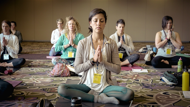 des femmes assises en posture de yoga