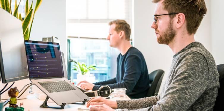 deux hommes ayant une bonne posture du dos au bureau