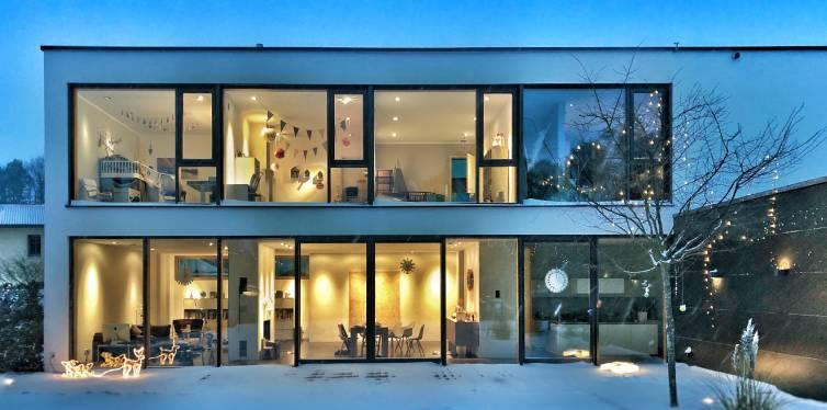 une maison dans la neige confortable avec l'iot