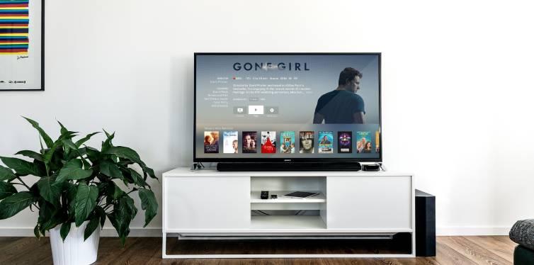 une maison confortable où on regarde la télévision connectée netflix