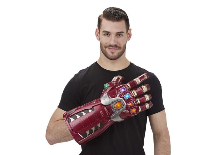 homme porte jouet gant thanos