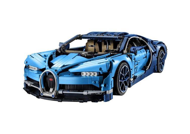 maquette bleue d'une voiture en lego