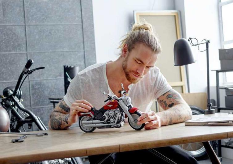 un homme qui joue avec le jeu lego harley davidson