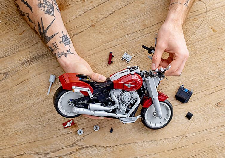un homme démonte une moto lego