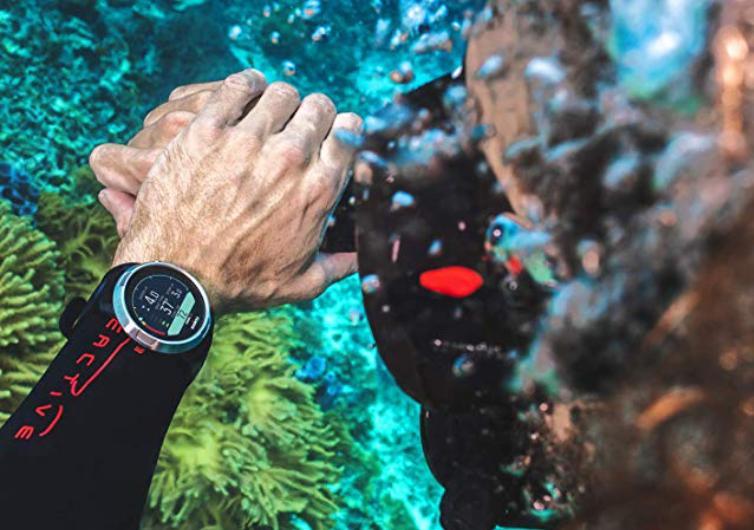 montre suunto d5 sur le bras d'un nageur dans la mer