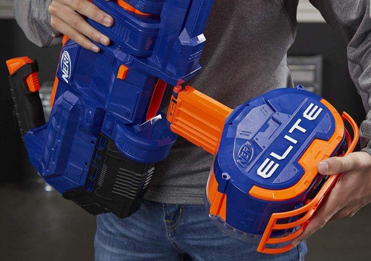 pistolet à fléchettes qui tire sur les joueurs