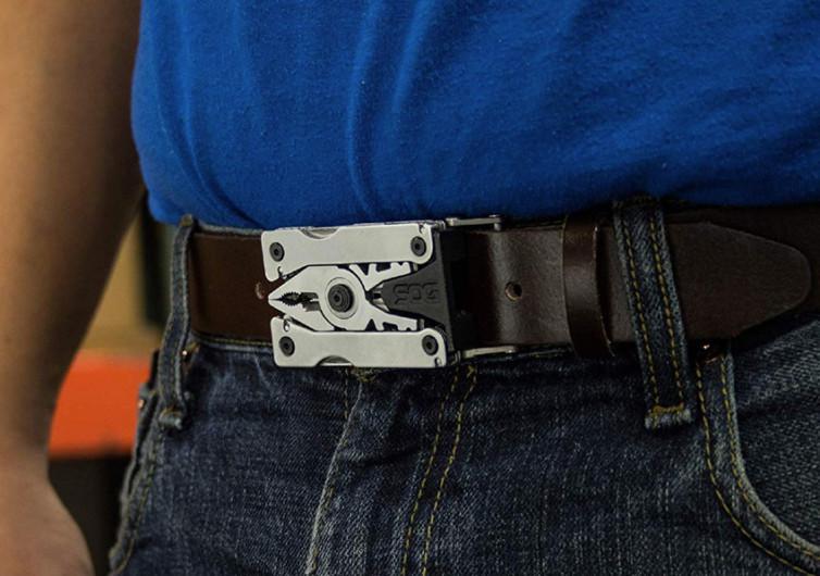 un homme porte un ceinturon multi-outils