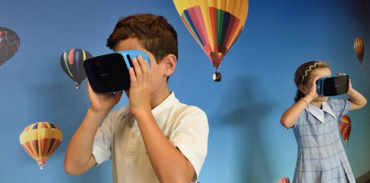 enfants utilisant casque de réalité virtuelle