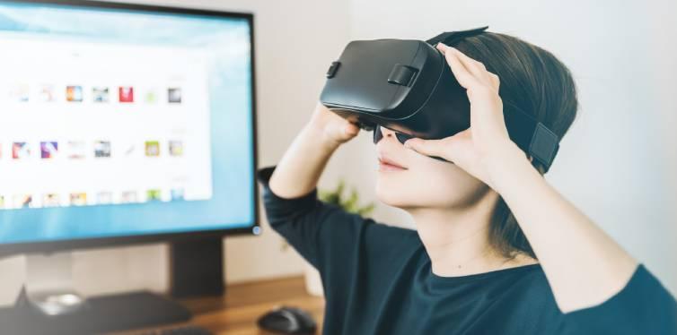 femme utilisant casque de réalité virtuelle