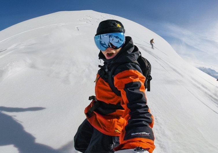 go pro max qui film un skieur à la neige