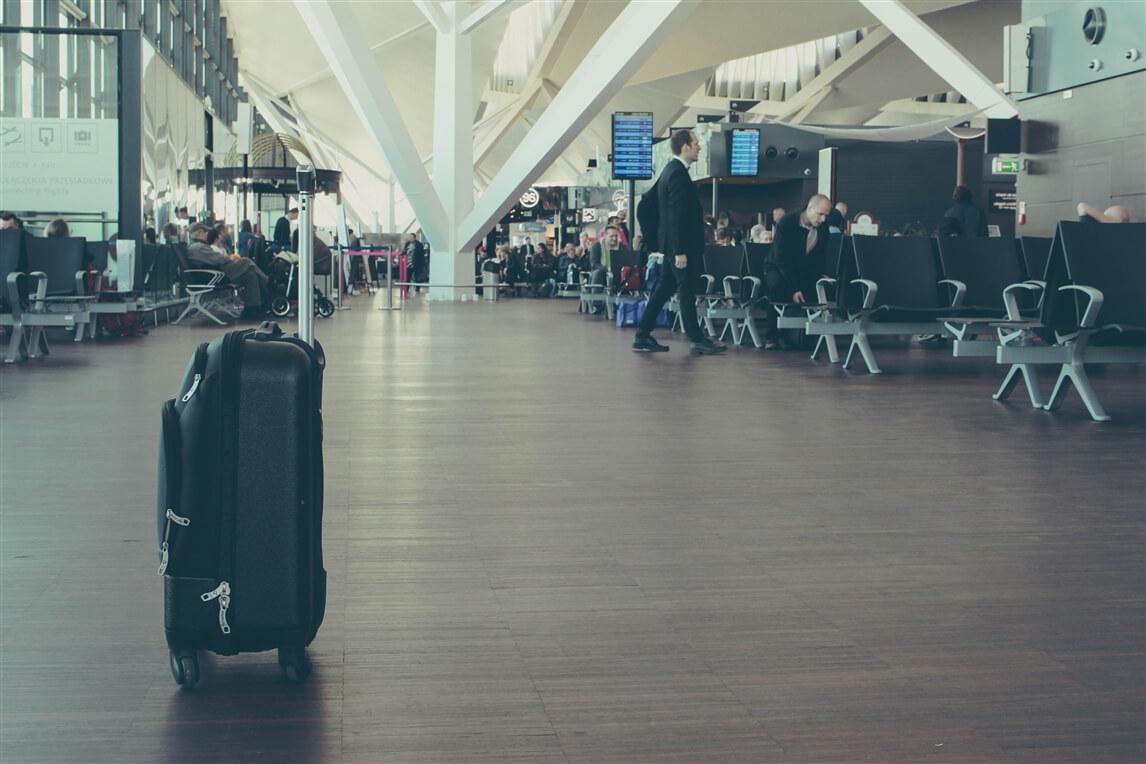 une valise dans un aéroport